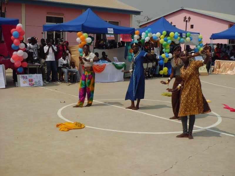 Apresentação de dança típica da Índia. 1ª Feira das Nações do Instituto Médio Politécnico de Cacuaco, Luanda. Ano 2011.