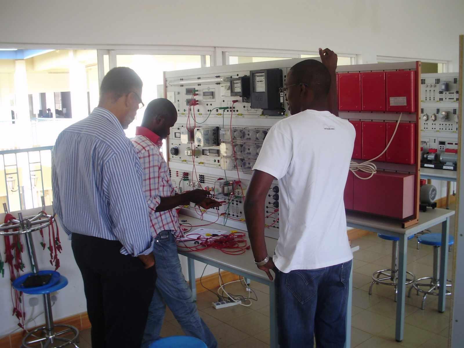 TRANSTEC: Transferência Tecnológica entre professores brasileiros e angolanos. Aula de Energia e Instalações Elétricas. Ano 2010.