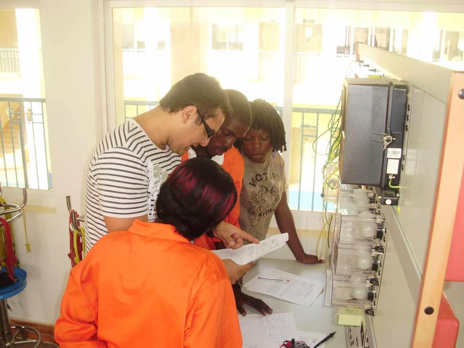 Aula de Instalações Elétricas. Professor brasileiro em um Instituto Médio Politécnico de Luanda. Ano 2011.