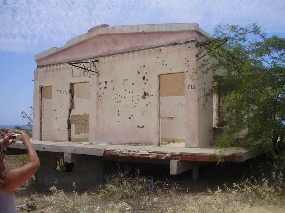 Marcas da guerra civil. Casa situada na província de Benguela.