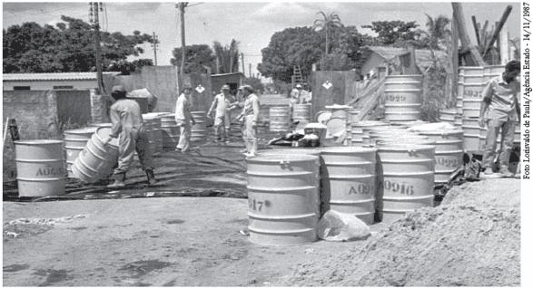 Figura 5 - Técnicos da CNEN trabalham na área contaminada duante o acidente radiológico com Cs-137, na rua 6-A, setor Norte Ferroviário, em Goiânia -GO