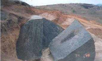 Extração de rochas ornamentais, Lavra de matacões, Gandu/BA. Fonte: MATTA (2003).