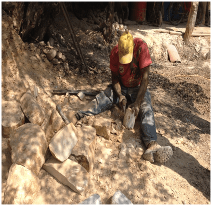 Operação de desgaiamento dos blocos de rocha. Fonte: Próprio autor (2015).