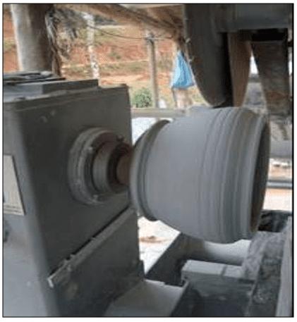 Processo de produção das panelas no torno do CEFET. Fonte: SANTOS (2009).