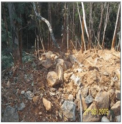 Bota-fora de uma lavra de esteatito destruindo a mata ciliar de uma nascente na Mata dos Magros, Ouro Preto/MG. Fonte: ALMEIDA (2006).