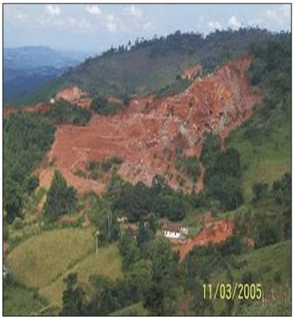 Visão geral da lavra de esteatito localizada em Santa Rita de Ouro Preto/MG. Fonte: ALMEIDA (2006).