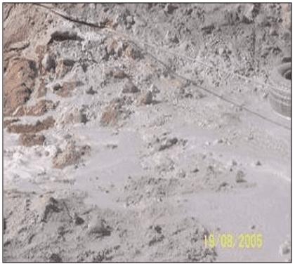 Escoamento de lama da operação corte com fio diamantado. Fonte: ALMEIDA (2006).