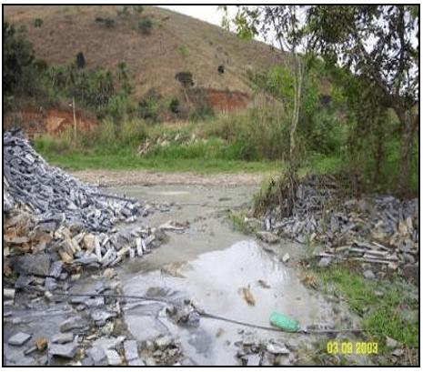 Situação do córrego após lançamento inadequado de resíduos de rochas ornamentais. Fonte: OLIVEIRA (2009).