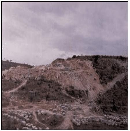 Exemplo de lavra impactante, com grande geração de rejeito. Fonte: MATTA (2003).