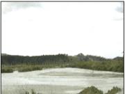 Lagoa com deposição de resíduos (lama) do beneficiamento de rochas ornamentais. Fonte: CEFET-ES (2005).