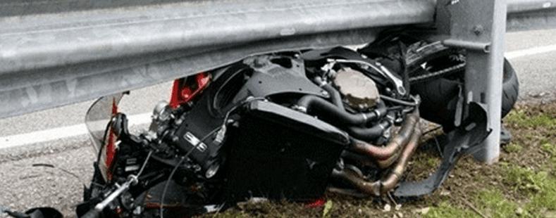 Acidente fatal envolvendo motociclista e defensa metálica. Fonte: http://www.bestriders.com.br/guard-rails-tambem-matam-na-europa/