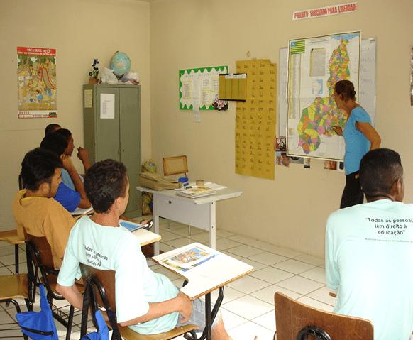 Figura 7 - PROFESSORA MINISTRANDO AULA DE GEOGRAFIA