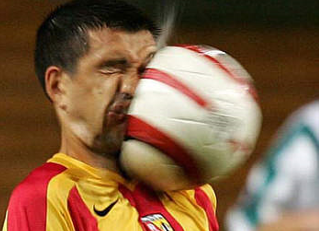 Imagem 02 - Deformação dos corpos. Fonte: Reuters: Eric Carriere, jogador do Lens, recebe uma espetacular bolada na cara