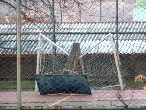 Imagem 05 – Acidente com tabela de basquetebol Tipo 7 (Poste de concreto fixo no piso). Fonte: http://g1.globo.com/distrito-federal/noticia/2013/09/tabela-de-basquete-cai-e-fere-aluno-de-escola-publica-do-distrito-federal.html