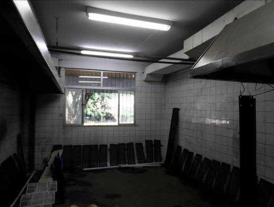 Figura 19 – Revestimento de parede e piso danificado.