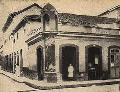 Figura 2 - Lampadário que existiu na esquina das ruas da Alfândega e Regente Feijó em 1820, Rio de Janeiro. Fonte: http://rio-curioso.blogspot.com.br/2008/02/iluminao-no-rio-de-janeiro-i.html (2008)