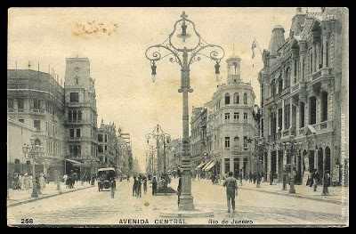 Figura 4-gas illuminazione su Central Avenue nel 1903, Rio de Janeiro. Fonte: http://museubenjaminconstant.blogspot.com.br/2013/07/curiosidades-iluminacao-do-rio-de.html (2013)